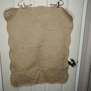 Macy Scalloped Edge Queen Bed Quilt & Pillow Shams